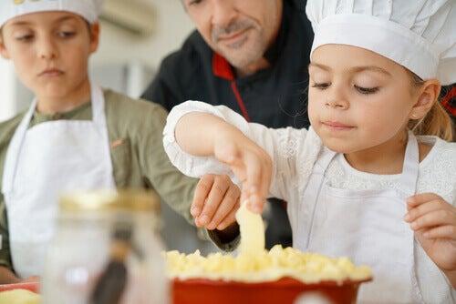 Dzieci robiące ciasto
