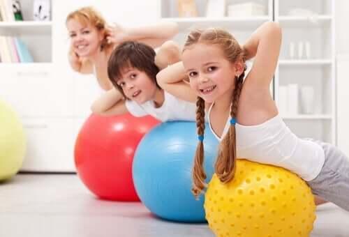Dzieci z piłkami