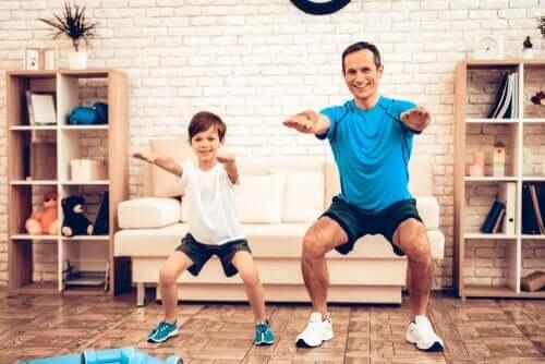 Dziecko ćwiczące z ojcem