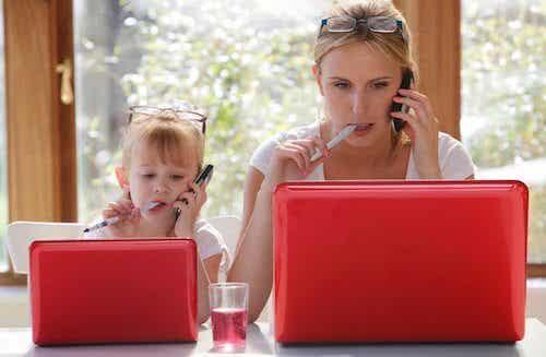 Dlaczego dzieci naśladują dorosłych?