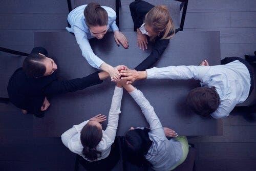 Grupa współpracujących ludzi