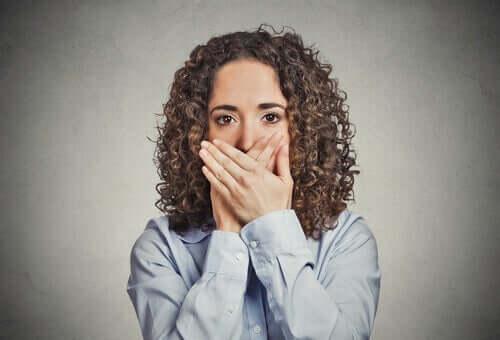 Kobieta zasłaniająca usta