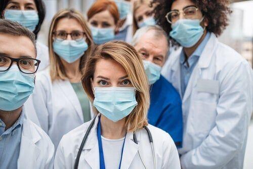 Lekarze w maskach