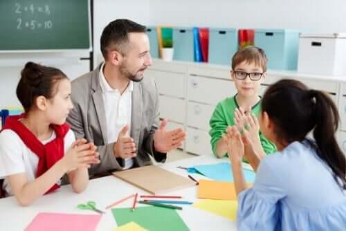 Nauczyciel z uczniami