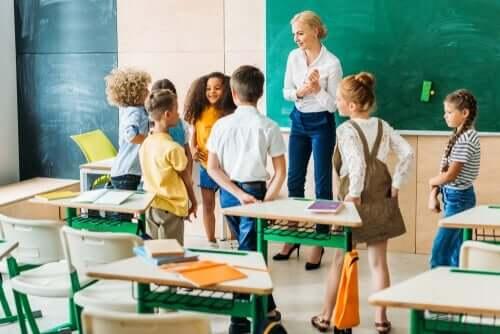 Nauczycielka i uczniowie - jak zmienić system nauczania?