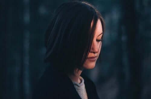 Smutna kobieta z czarnymi włosami