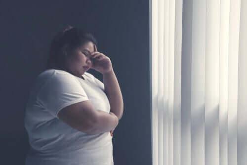 Smutna otyła kobieta