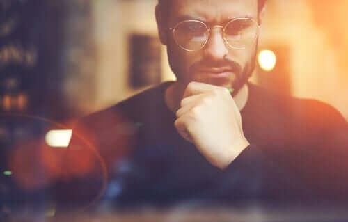 Zamyślony mężczyzna - myślenie kontrfaktyczne