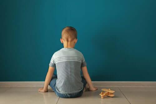 Chłopiec zwrócony do ściany
