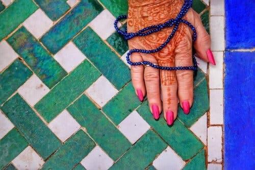 Dłoń kobiety z tatuażem z henny
