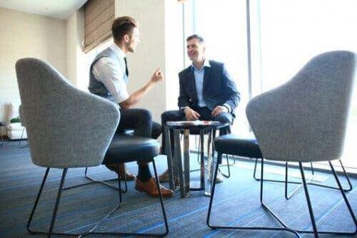 Dwóch mężczyzn rozmawia - współpraca