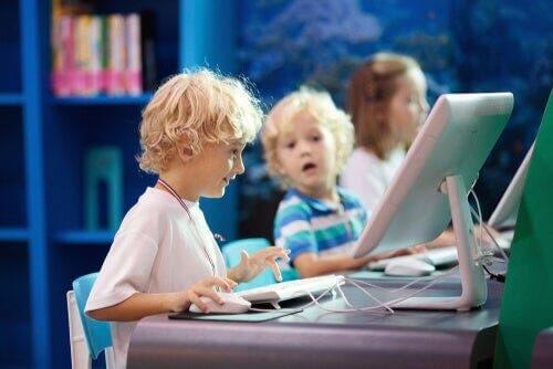 Dzieci przed komputerami