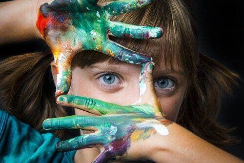 Dziecko w trakcie malowania farbami