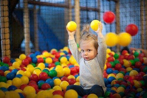 Dziecko z piłkami