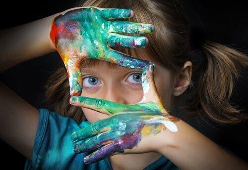 Dziewczynka z dłońmi w farbie