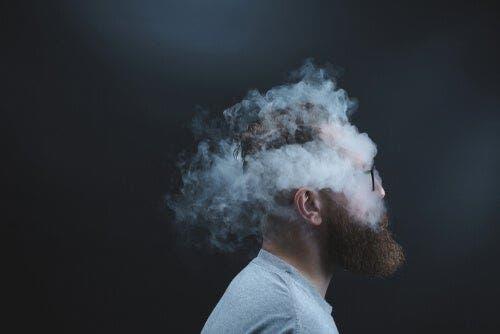 Głowa mężczyzny otoczona dymem
