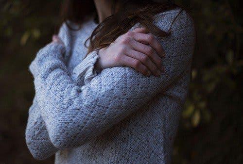 Kobieta obejmująca swoje ramiona
