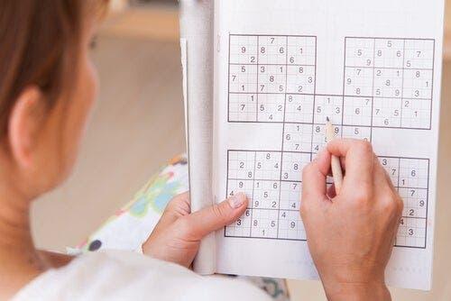 Kobieta rozwiązująca sudoku