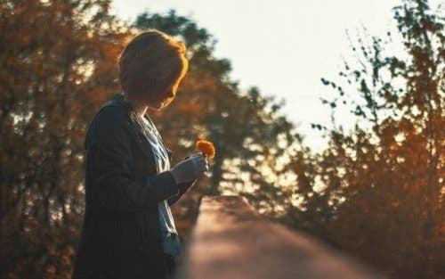 Kobieta trzymająca kwiat