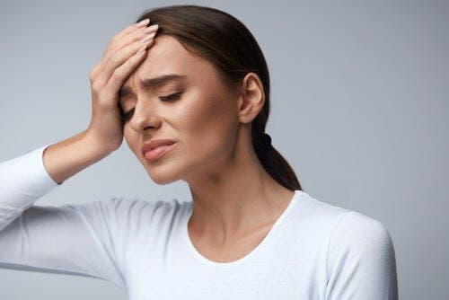 Kobieta z bólem głowy - dlaczego mózg nie odczuwa bólu?