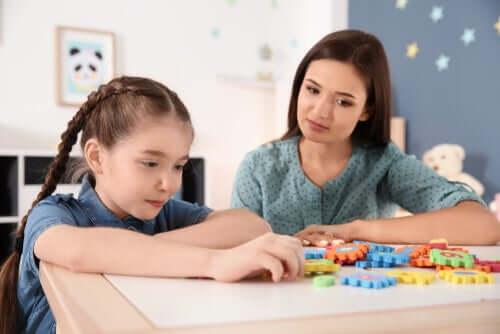 Matka i córka przy puzzlach