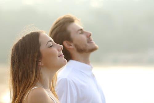 Medytująca para - świadome oddychanie
