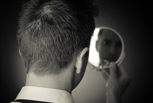 Mężczyzna patrzący w lustro