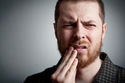 Mężczyzna z bólem zęba