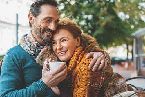 Miłość po pięćdziesiątce: przygoda, która doda Ci skrzydeł