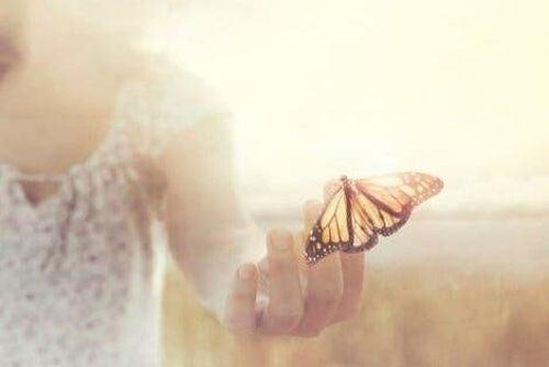 Motyl na dłoni kobiety