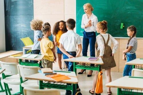 Nauczycielka rozmawiająca z grupą uczniów