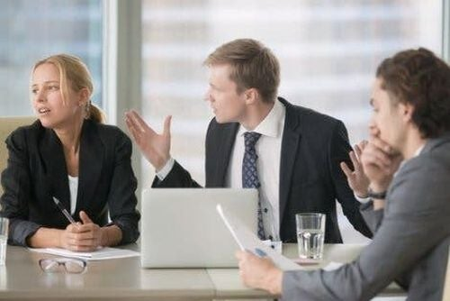 Pracownicy kłócą się na spotkaniu