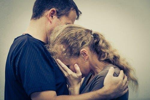 Przytulająca się starsza para - chroniczne samopoświęcanie