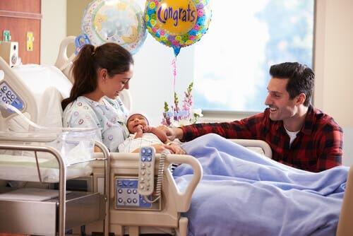 Rodzice z noworodkiem w szpitalu