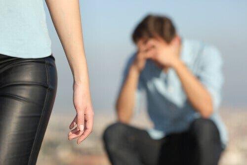 Smutny mężczyzna i odchodząca kobieta