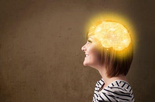 Świecący mózg kobiety