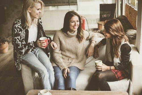 Trójka rozmawiających ze sobą przyjaciółek