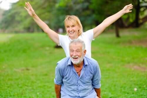 Bawiąca się starsza para