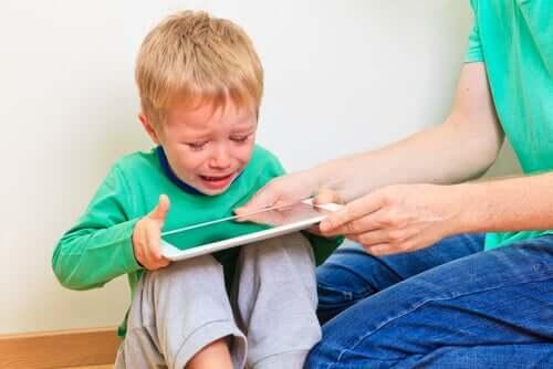 Dziecko płaczące nad tabletem