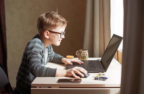 Kształcenie przez Internet: cybernetyczny chaos