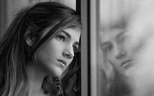 Dziewczyna przy oknie