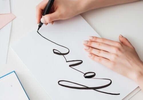 Kobieta ćwicząca pisanie