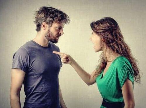 Kobieta obwinia mężczyznę
