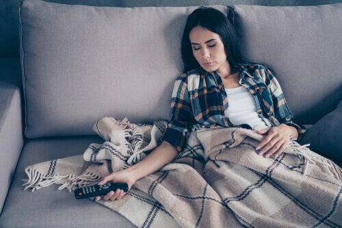 Kobieta śpiąca na kanapie