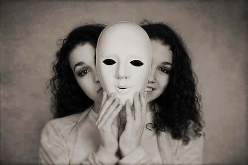 Kobieta z dwoma maskami