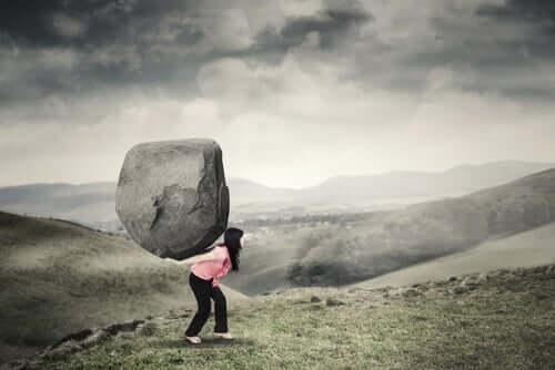 Kobieta z kamieniem na plecach