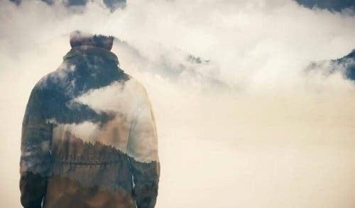 Mężczyzna w górach pośród chmur