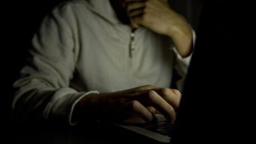 Mężczyzna używający komputera