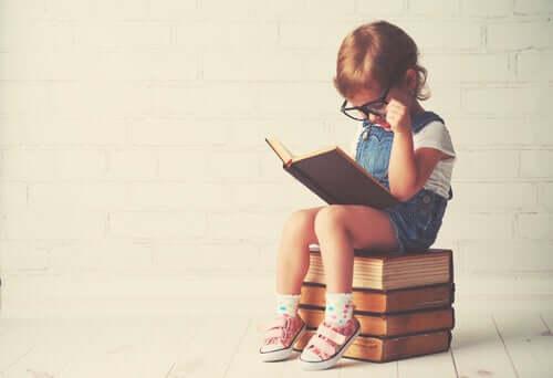 Dziecko w trakcie czytania
