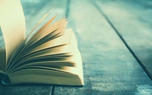 Otwarta książka na stole